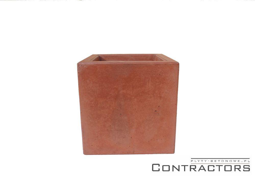 czerwona donica z betonu